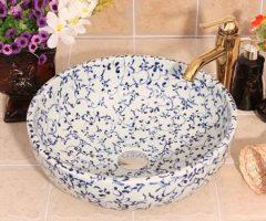 Fehér, apróvirágos egyedi mosdó